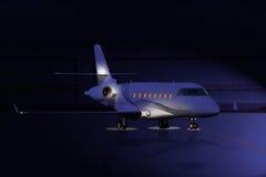 Jet privado en la noche en la pista Fotografía de archivo