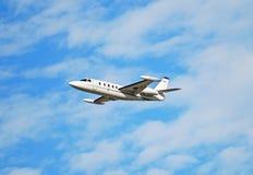 Jet privado en vuelo Foto de archivo libre de regalías