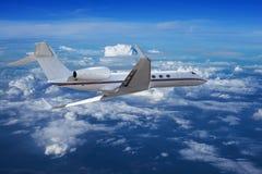Jet privado que cruza en un cielo Imágenes de archivo libres de regalías