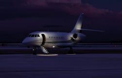 Jet privado que se sienta en la pista de despeque Fotos de archivo