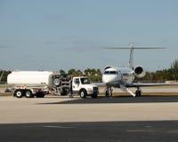Jet que es aprovisionado de combustible Foto de archivo
