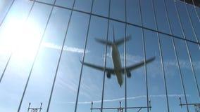Jet que vuela bajo en tiros del múltiplo del cielo azul almacen de metraje de vídeo