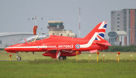 Jet rojo de la Royal Air Force de las flechas foto de archivo libre de regalías