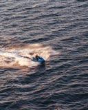 Jet-Ski, der schnell in das Wasser des Stockholm-Archipels bei dem Sonnenuntergang, Schweden geht stockfotografie