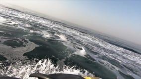 Jet ski estremo che guida sulla fine del mare su archivi video