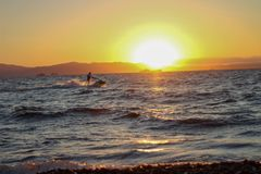 Jet Ski på solnedgången royaltyfria foton