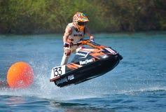 Jet Ski som går över hopp på hastighet Arkivbilder