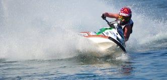 Jet Ski som tränga någon på hastighet som skapar på lotten av sprej Arkivbild
