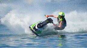 Jet Ski som tränga någon på hastighet som skapar på lotten av sprej Royaltyfri Fotografi