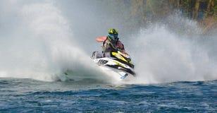 Jet Ski som tränga någon på hastighet som skapar på lotten av sprej Arkivbilder