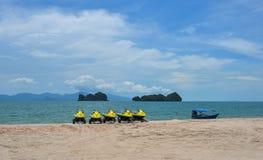 Jet ski su una spiaggia soleggiata fotografia stock libera da diritti