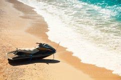 Jet ski sulla spiaggia, costa del mar Mediterraneo immagini stock libere da diritti
