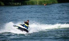 Jet Skier die bij snelheid draaien stock foto's