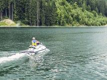 Jet-Skifahren trägt Unterhaltung auf dem Wasser zur Schau lizenzfreies stockbild