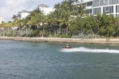 Jet Sking entlang Boca Raton Inlet in Florida Lizenzfreie Stockbilder