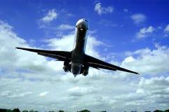 Jet sobre los árboles Foto de archivo