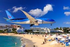 Jet sobre Maho Beach, St Maarten Foto de archivo libre de regalías