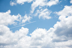 Jet Streak Through Clouds Lizenzfreie Stockfotos