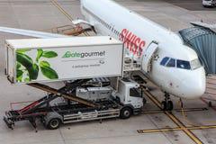 Jet suizo y un camión de Gate Gourmet en el aeropuerto de Zurich Foto de archivo libre de regalías