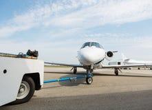 Jet Towed By Ground Crew privée images libres de droits