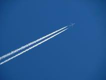 Jet y estela de vapor Imagen de archivo libre de regalías