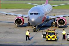 Jet2 che arriva Fotografie Stock Libere da Diritti