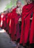 Jetant un coup d'oeil le moine, myanmar, (la Birmanie) Images libres de droits