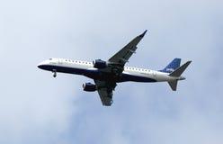JetBlue在纽约天空的巴西航空工业公司190在登陆前 免版税库存照片