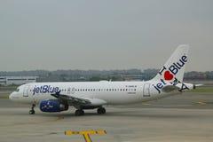 JetBlue Aerobus A320 z NY miasta rodzinnego linii lotniczej tailfin projektem opodatkowywa przy John F Kennedy lotniskiem międzyn Zdjęcia Stock