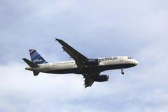 JetBlue Airbus A320 en ciel de New York avant le débarquement à l'aéroport de JFK Images libres de droits