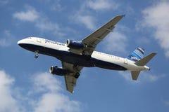 JetBlue Airbus A320 que desce para aterrar no aeroporto internacional de JFK em New York Fotografia de Stock