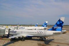 JetBlue Airbus A320 und Embraer 190 Flugzeuge an t Lizenzfreie Stockfotos