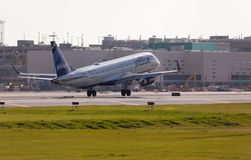 A Jetblue Airlines Embraer 190 aircraft landing Royalty Free Stock Photos