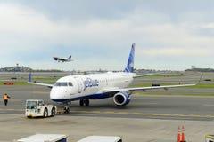 JetBlue Airways Embraer 190 à l'aéroport de Boston Image stock