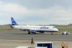 JetBlue Airways Embraer 190 à l'aéroport de Boston Photo libre de droits