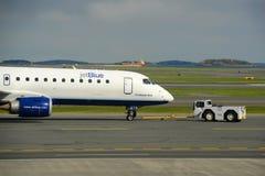 JetBlue Airways Embraer 190 à l'aéroport de Boston Images libres de droits