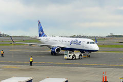 JetBlue Airways Embraer 190 à l'aéroport de Boston Image stock