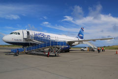 JetBlue Embraer 190 vliegtuig op tarmac in Maurice Bishop International Airport in Grenada royalty-vrije stock afbeelding