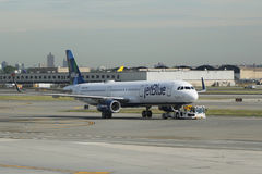 JetBlue-Fläche auf Asphalt bei John F Kennedy International Airport in New York lizenzfreies stockfoto