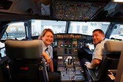JetBlue-Flugzeugbesatzung im Cockpit bei John F Kennedy International Airport in New York lizenzfreie stockbilder