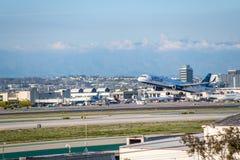 JetBlue flygbolag Jet Takes Off på den SLAPPA Los Angeles internationella flygplatsen Royaltyfri Foto