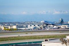 JetBlue flygbolag Jet Takes Off på den SLAPPA Los Angeles internationella flygplatsen Royaltyfria Foton