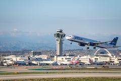 JetBlue flygbolag Jet Takes Off på den SLAPPA Los Angeles internationella flygplatsen Royaltyfria Bilder