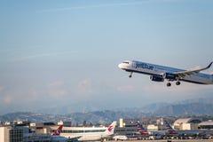 JetBlue flygbolag Jet Takes Off på den SLAPPA Los Angeles internationella flygplatsen Arkivfoton