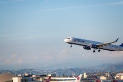 JetBlue flygbolag Jet Takes Off på den SLAPPA Los Angeles internationella flygplatsen Arkivbilder