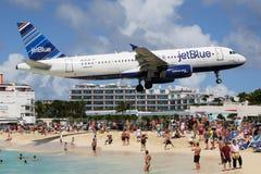 JetBlue flygbuss A320 som landar St Maarten Royaltyfri Foto
