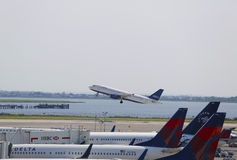 Аэробус A320 JetBlue принимая от авиапорта JFK в Нью-Йорке Стоковое Изображение