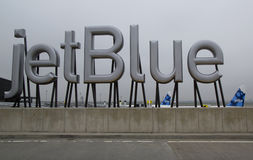 JetBlue znak przy Terminal 5 przy John F Kennedy lotniskiem międzynarodowym w Nowy Jork Zdjęcie Royalty Free