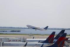JetBlueluchtbus A320 die van JFK-Luchthaven in New York opstijgen Stock Afbeelding