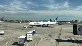 JetBluevliegtuig op tarmac bij JFK stock videobeelden